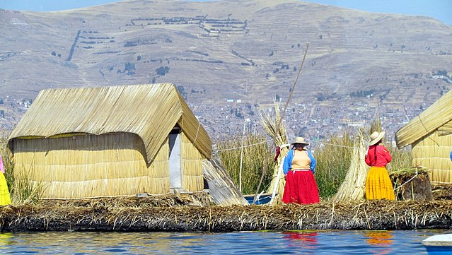 640px-024_People_Uros_Islands_of_Reeds_Lake_Titicaca_Peru_3075_(14995322808)